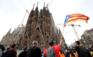 A Catalan demonstrator waves an Estelada (Catalan separatist flags) in front of La Sagrada Familia Basilica during Catalonia's general strike in Barcelona, Spain, October 18, 2019.  REUTERS/Albert Gea