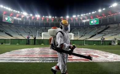 Funcionário desinfecta campo do Maracanã durante jogo do Campeonato Carioca