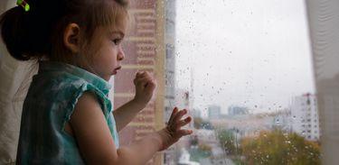 Criança esperando na janela