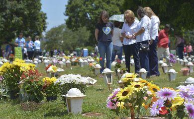 Cemitérios do DF lotam no Dia de Finados