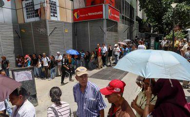 Filas na porta de bancos na capital venezuelana, Caracas