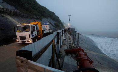 um caminhão é visto ao lado da área em colapso de uma ciclovia durante fortes chuvas na avenida Niemeyer, perto da praia de São Conrado