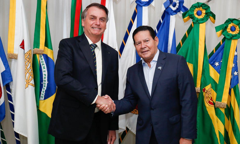 Presidente da República, Jair Bolsonaro transmite o cargo da Presidência da República, ao Vice-presidente, Hamilton Mourão.