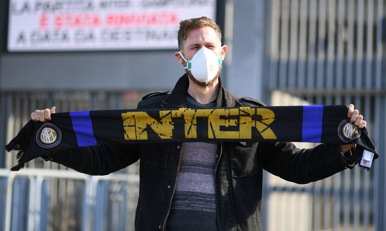 Tocedor da Inter de Milão diante do estádio Giuseppe Meazza, fechado por conta do Coronavírus