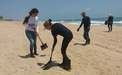 Praia do Futuro está imprópria para banho devido a manchas de óleo
