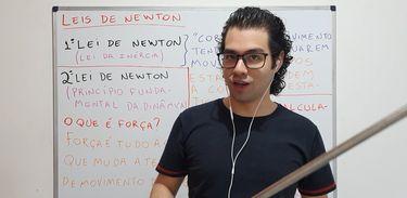 Professor Gabriel Ikawa em aula sobre as leis de Newton