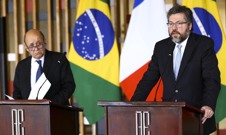 O ministro da Europa e dos Negócios Estrangeiros da França, Jean-Yves Le Drian, e o ministro das Relações Exteriores, Ernesto Araújo, durante declaração à imprensa, no Palácio Itamaraty.