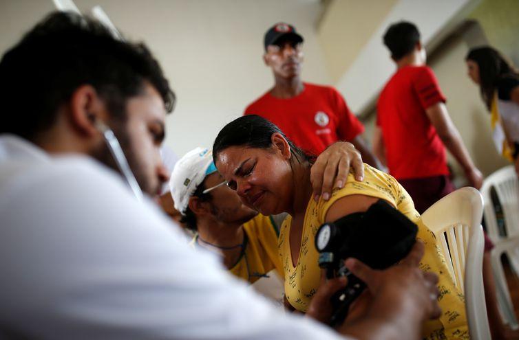 Uma mulher recebe atendimento médico depois que uma represa, de propriedade da mineradora brasileira Vale SA, explodiu em Brumadinho Uma mulher recebe atendimento médico depois que uma barragem, de propriedade da mineradora brasileira Vale SA,