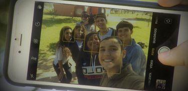 Adolescentes fazem selfie em uma escola no DF. Eles relatam que costumam se comparar muito com as imagens perfeitas das redes sociais