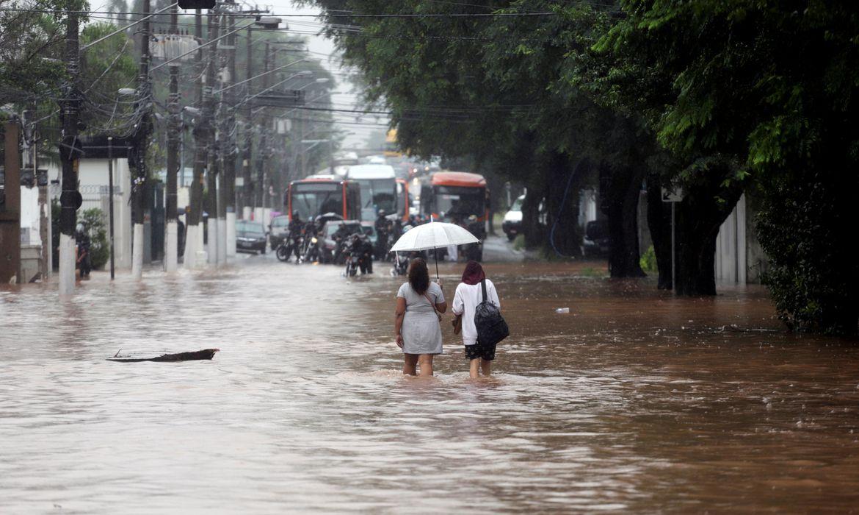 Mulheres caminham por uma rua inundada após fortes chuvas no bairro Butanta, em São Paulo Mulheres andam por uma rua inundada após fortes chuvas no bairro Butanta, em São Paulo, Brasil, 10 de fevereiro de 2020. REUTERS / Rahel Patrasso
