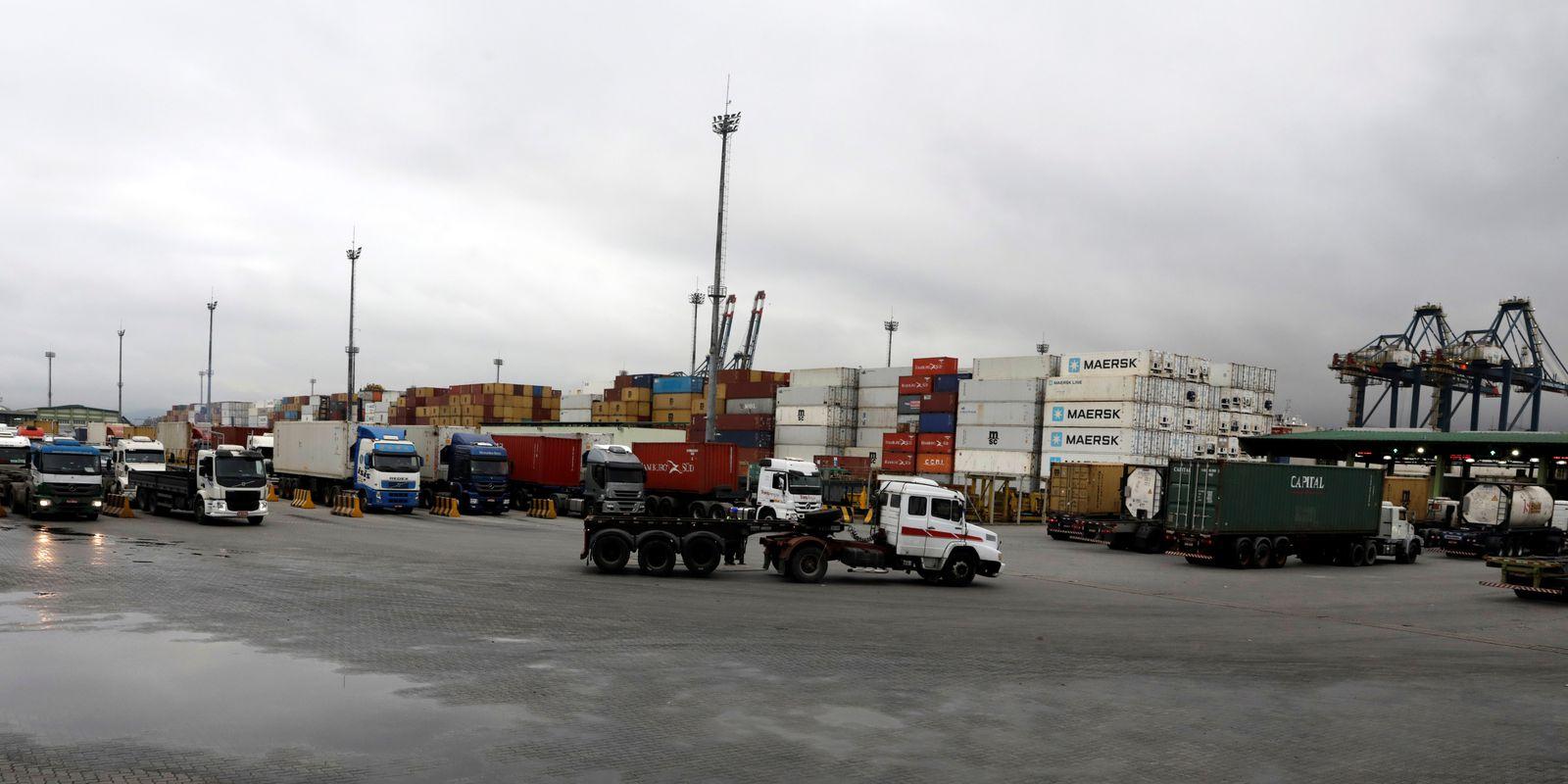 Caminhões circulam na área do Porto de Santos (SP)