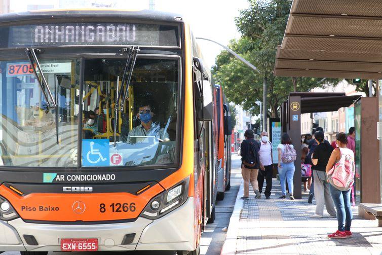 Usuários de transporte público e motoristas de ônibus utilizam máscaras de proteção contra covid-19 na rua da Consolação