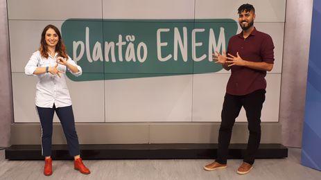 Apresentadora Carolina Rocha e o intérprete de Libras Jhonatas Narciso
