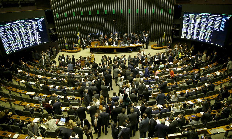 Plenário da Câmara aprova, em votação simbólica, suspensão de decreto sobre sigilo de documentos.