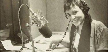 Mara Régia em estúdio da Rádio Nacional