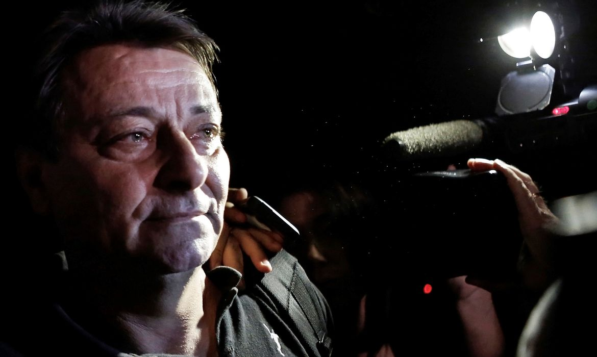FILE PHOTO: Italian former leftist guerrilla Cesare Battisti leaves the headquarters of the Federal Police in Sao Paulo March 13, 2015. REUTERS/Nacho Doce/File Photo