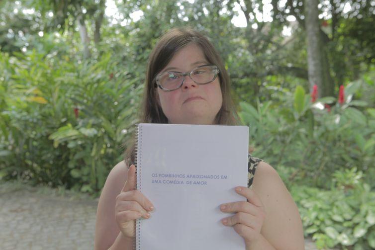 Maria Cristina fala sobre seu projeto de fotonovela 'Dois pombinhos apaixonadas em uma comédia de amor