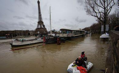 Paris – A capital francesa está hoje em alerta laranja – o terceiro de quatro níveis – devido aos riscos de inundação do Rio Sena (Ian Langsdon/EFE/direitos reservados)