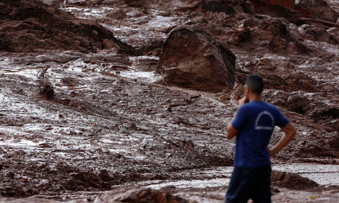 A rescue worker looks at mud after a dam owned by Brazilian miner Vale SA that burst, in Brumadinho, Brazil January 26, 2019. REUTERS/Adriano Machado