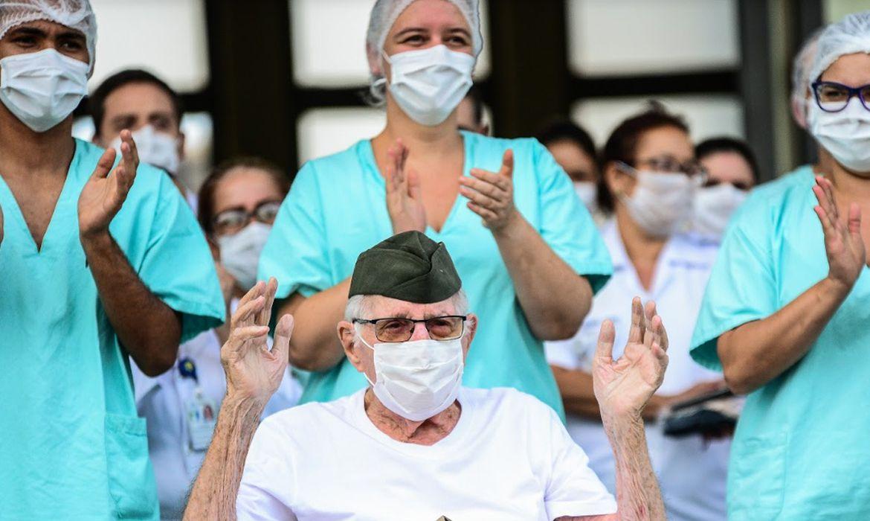 Ermando Piveta, de 99 anos, recebe alta após ser curado de covid-19