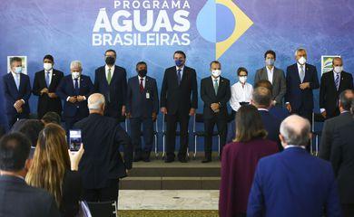 O presidente Jair Bolsonaro anuncia investimentos para o Programa Águas Brasileiras.