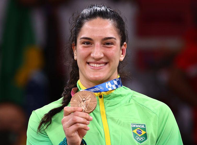 Mayra Aguiar mostra medalha de bronze conquistada no judô na Olimpíada de Tóquio
