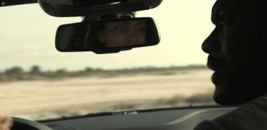 Sara ajuda Greg a fugir de Luanda