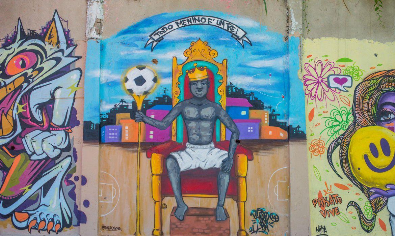 Morro dos Prazeres, em Santa Teresa, recebe novo colorido na segunda etapa do projeto Revitaliza Graffiti.