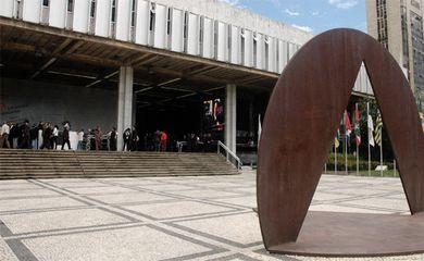 O Espaço Democrático José Aparecido de Oliveira abriga escultura do artista plástico Amilcar de Castro.