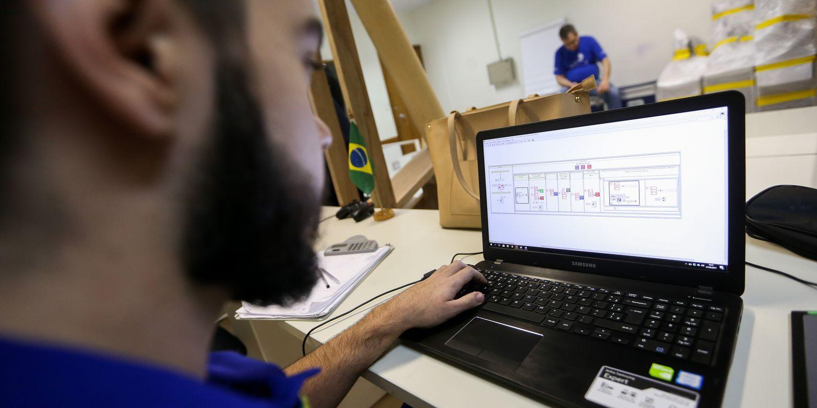 Brasília - Estudantes do ensino profissionalizante que participarão do WorldSkills 2017 se preparam para a competição no Centro de Treinamento do Senai-DF (Marcelo Camargo/Agência Brasil).