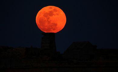 Super Lua vista em Malta