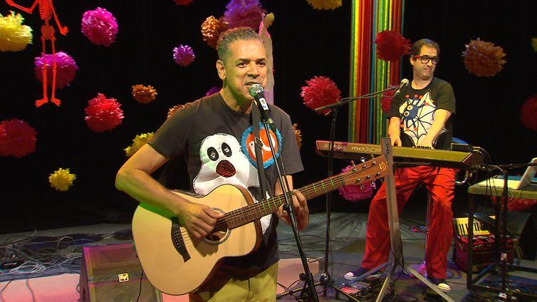 Paulo Bi faz show no Música Animada