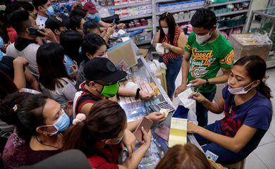 Pessoas compram máscara de proteção em Manila, capital das Filipinas, depois que o governo confirmou o primeiro caso no país REUTERS/Eloisa Lopez