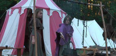 Jovem alemã participa de festa medieval