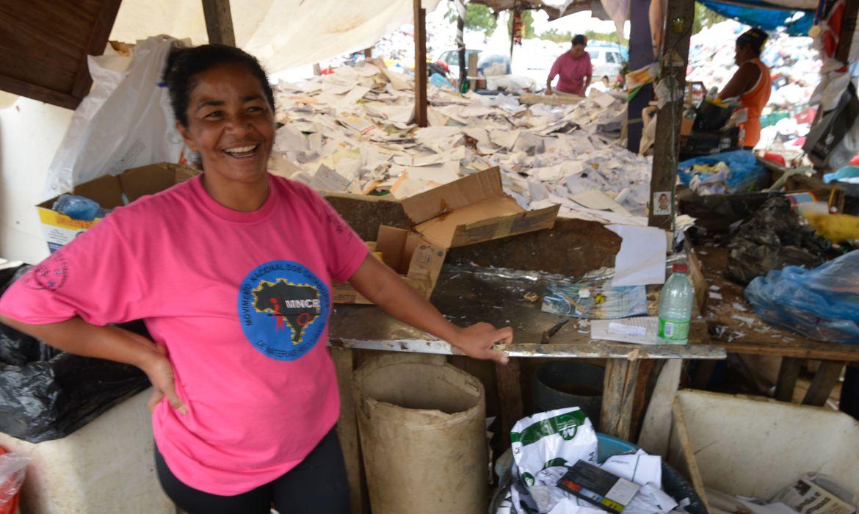 Cercada por papéis e materiais plásticos de todos os tipos, Edvania Barbosa separa os resíduos descartados em diversos prédios de Brasília para reciclagem(Marcello Casal Jr./Agência Brasil)