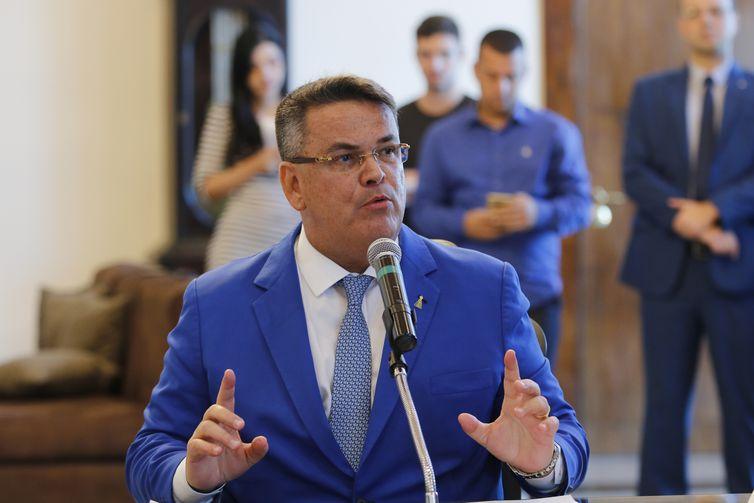 O presidente do Tribunal de Justiça do Rio, desembargador Claudio de Mello Tavares, assina convênio de cooperação técnica para dar rapidez aos processos de dívida ativa de onze municípios fluminenses.