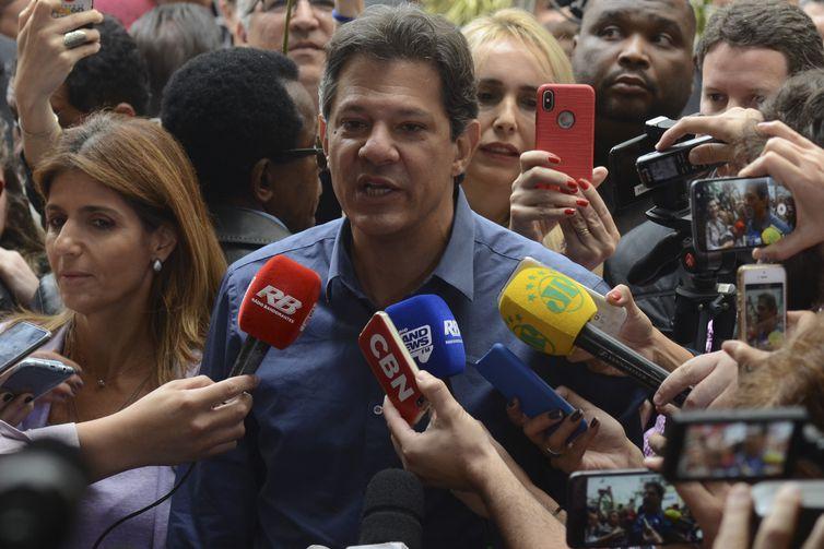 O candidato a Presidência da República, Fernando Haddad, vota na escola Brazilian International School, em Indianópolis.