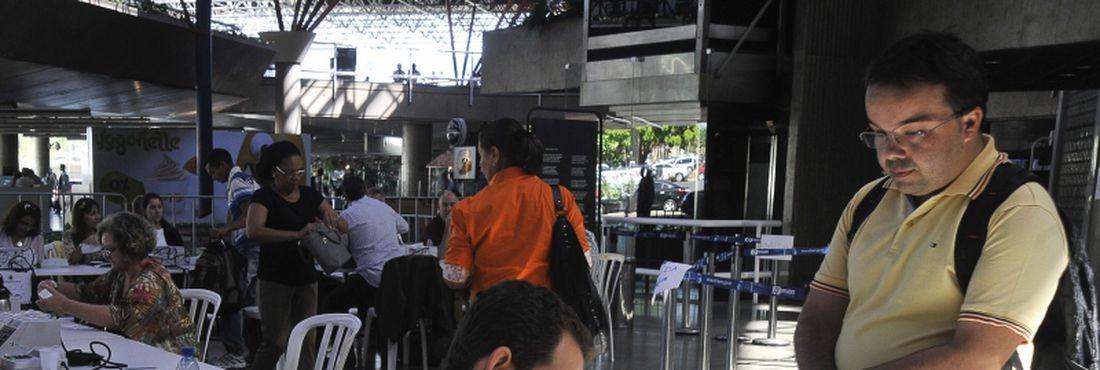Eleitores fora do seu domicílio eleitoral justificam ausência por meio do formulário requerimento de Justificativa Eleitoral em postos montados no aeroporto Juscelino Kubitschek e na rodoviária Interestadual