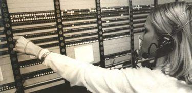 Telefonista trabalhando em central no ano de 1970