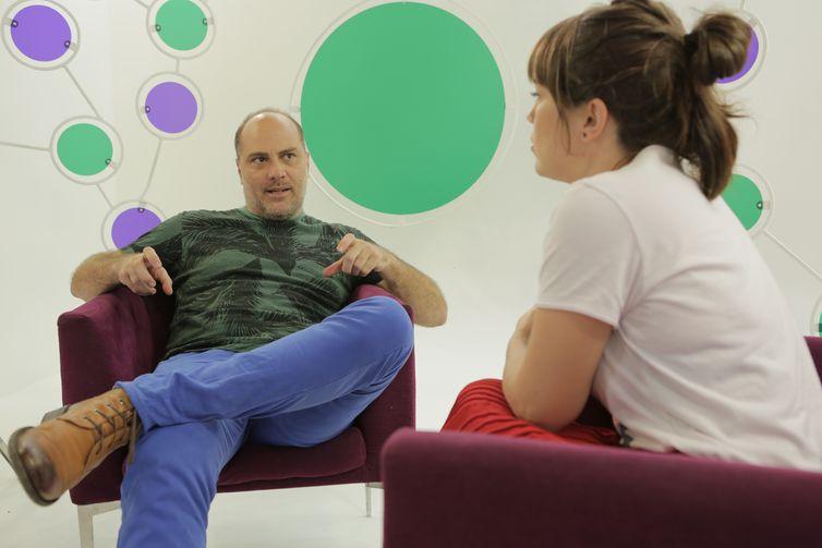 Natália Lage recebe o ator Paulo Tiefenthaler
