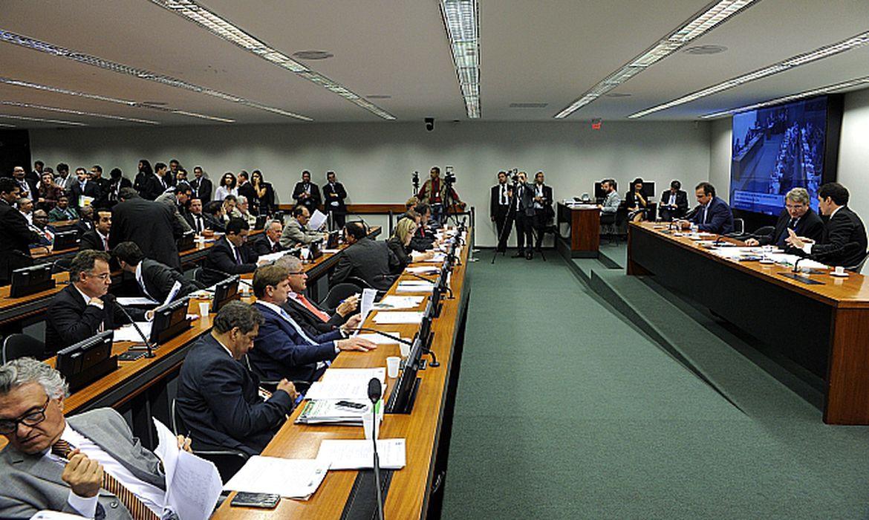 Comissão Mista de Orçamento aprova Comissão Mista de Orçamento aprova déficit primário de R$ 119,9 bilhões em 2015 (Agência Câmara/Divulgação)