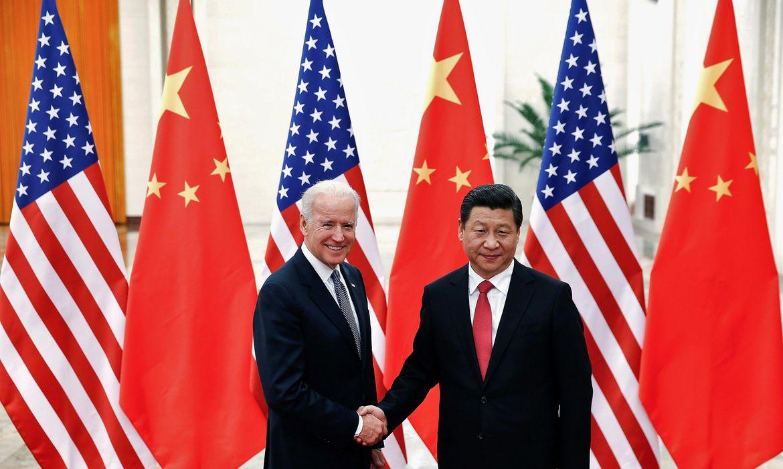 Il presidente cinese Xi Jinping stringe la mano del presidente statunitense Joe Biden a Pechino