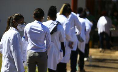 Médicos chegam ao local de prova para a segunda etapa do Exame Nacional de Revalidação de Diplomas Médicos Expedidos por Instituição de Educação Superior Estrangeira (Revalida) 2020, em Brasília.
