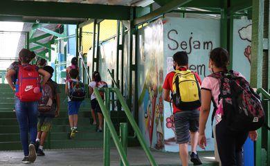 Crianças do ensino fundamental chegam para as aulas presenciais na Escola Estadual Terezine Arantes Ferraz Bibliotecaria, no Parque Casa de Pedra, zona norte da capital.