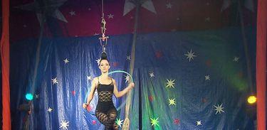 A bailarina Juliana Werneck dança pendurada pelos cabelos