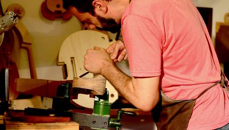 Conheça o trabalhos dos luthiers, artesãos que criam instrumentos musicias