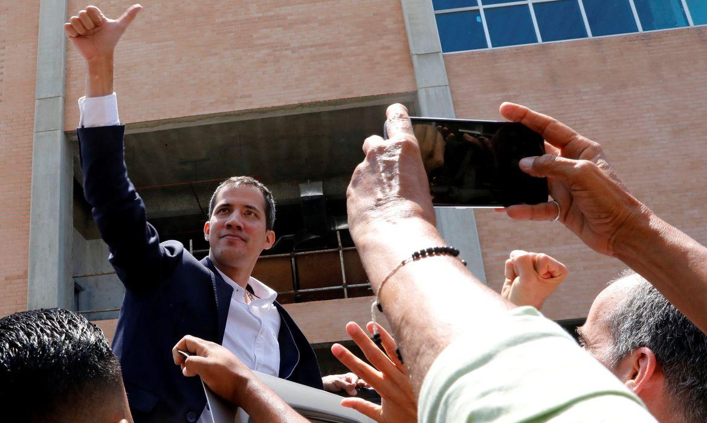 O autodeclarado presidente interino da Venezuela, Juan Guaidó, saúda seus partidários após sua chegada no aeroporto internacional Simon Bolivar em Caracas, na Venezuela.