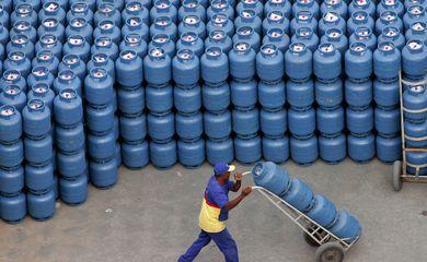Trabalhador movimenta botijões de gás de cozinha em distribuidora em São Paulo (SP)