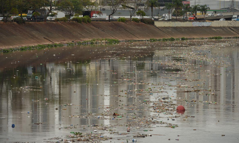 Acúmulo de lixo nos rios de São Paulo após chuva