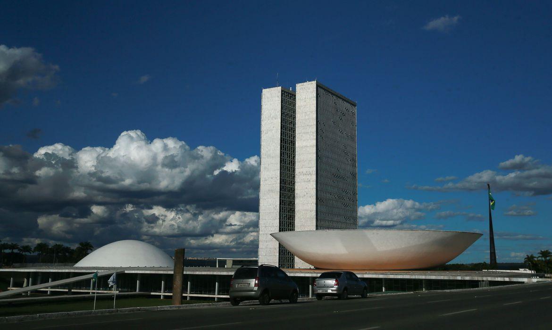 A cúpula menor, voltada para baixo, abriga o Plenário do Senado Federal. A cúpula maior, voltada para cima, abriga o Plenário da Câmara dos Deputados